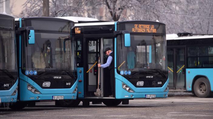 angajati-ai-societatii-de-transport-bucuresti-protest-la-autobaza-militari