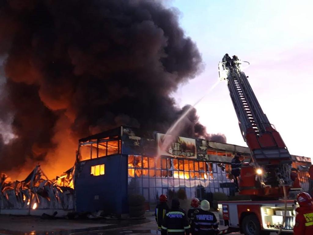 incendiu-alba-iulia-pompierii-inca-se-lupta-cu-ultimele-focare