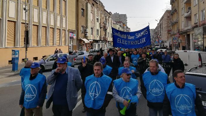 muncitorii-de-la-frabrica-electrolux-au-pornit-spre-ambasada-suediei