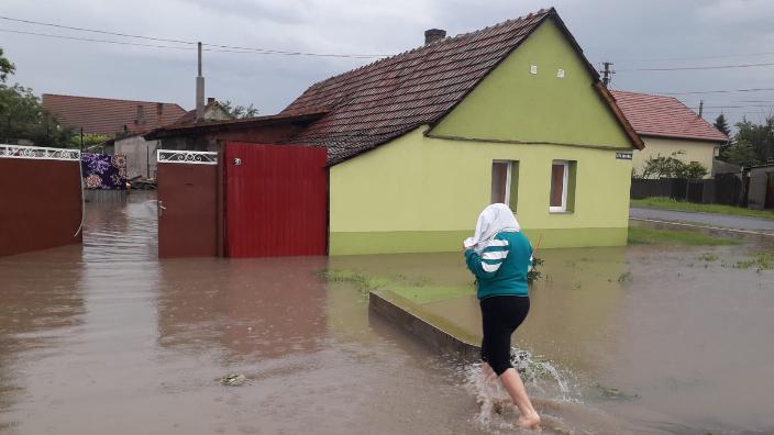zeci-de-locuinte-curti-subsoluri-si-anexe-inundate-de-ploile-de-ieri