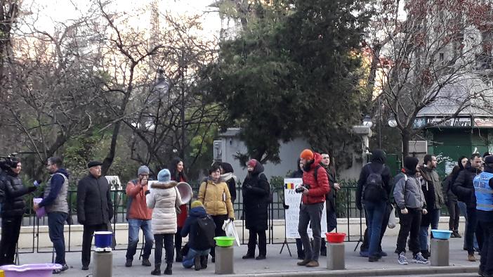 protest-cu-ligheane-in-fata-primariei-capitalei-foto