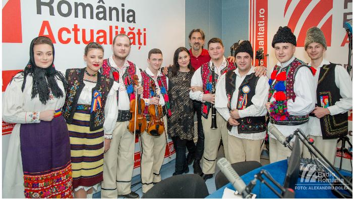 video-ansamblul-folcloric-transilvania-a-colindat-studioul-rra