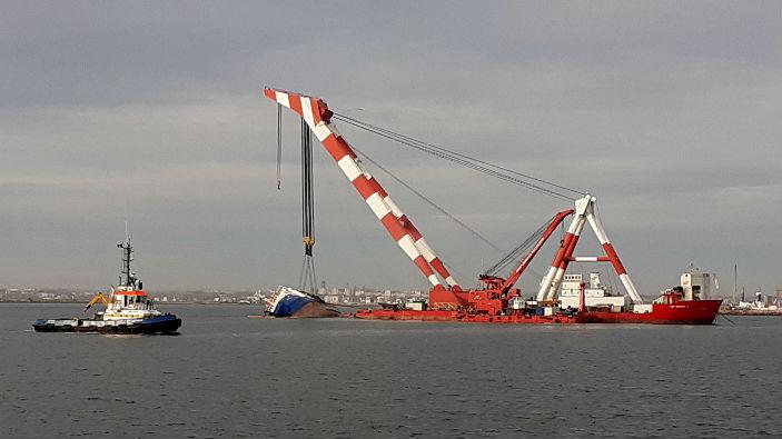 operatiunea-de-aducere-la-suprafata-a-navei-esuate-in-portul-midia
