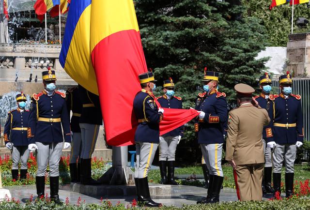 ceremonie-de-ziua-drapelului-national-la-bucuresti--in-piata-tricolorului