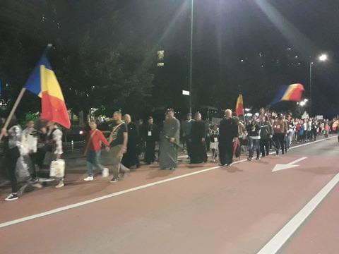 sute-de-tineri-la-procesiunea-luminii-i-a-portului-popular