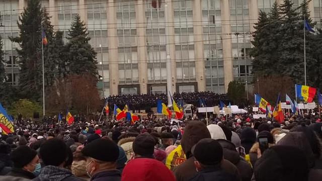 la-chisinau-mii-de-demonstranti-au-cerut-dizolvarea-parlamentului