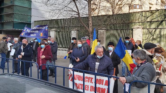 zeci-de-pensionari-din-galati-au-protestat-in-fata-ministerului-muncii