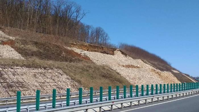 o-alunecare-majora-de-teren-s-a-produs-pe-autostrada-transilvania