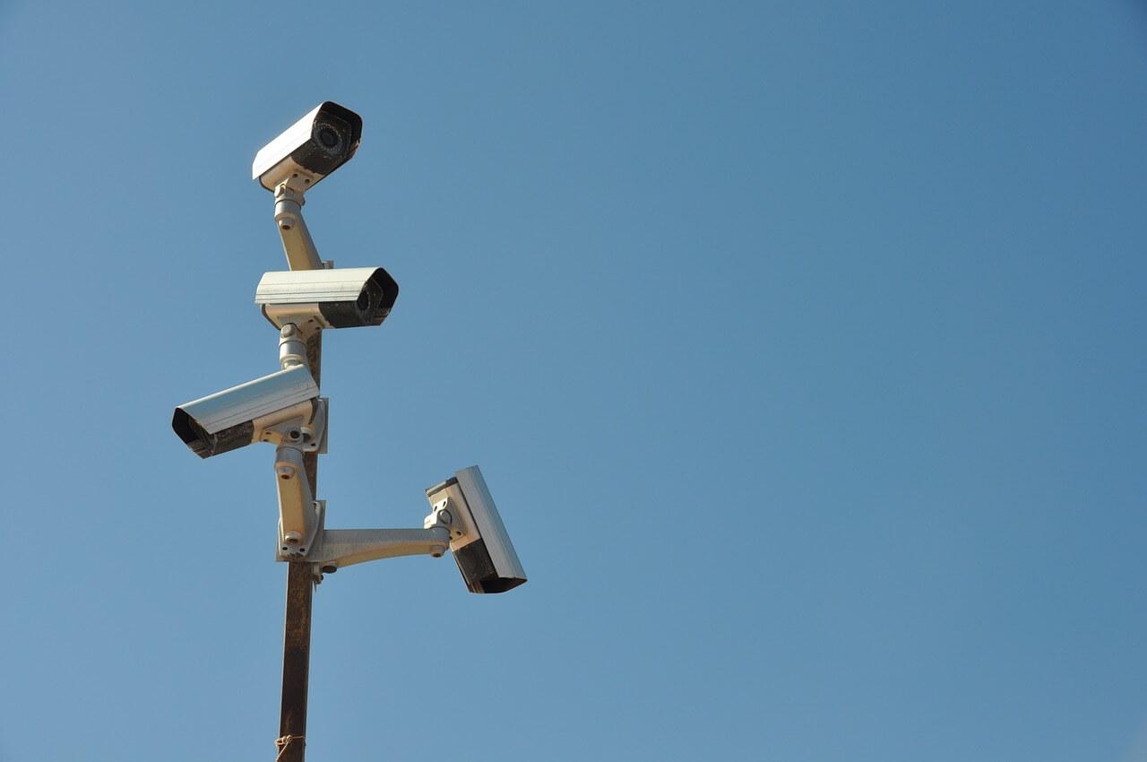 ue-vrea-sa-interzica-folosirea-ai-pentru-supravegherea-oamenilor