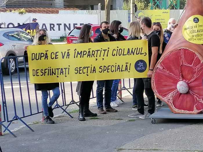 foto-proteste-la-intrarea-in-romexpo-unde-se-desfasoara-congresul-pnl