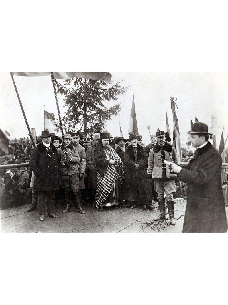 Iuliu Hossu citește Rezoluția Marii Adunări Naționale de la Alba Iulia