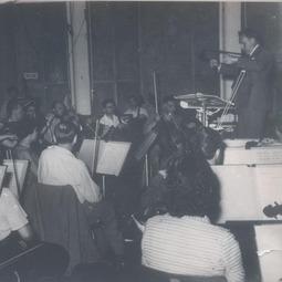 """Festivalul Internațional """"George Enescu"""", ediția I, 1958. Constantin Silvestri dirijează Simfonia de cameră op. 33 pentru 12 instrumente soliste"""