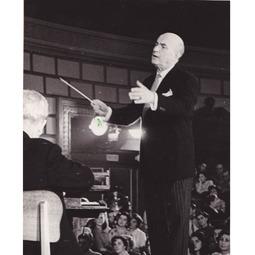 """Festivalul Internațional """"George Enescu"""", ediția I, 1958. George Georgescu la pupitrul Orchestrei Filarmonicii bucureștene cu Simfonia a II-a """"cu clopote"""" de Aram Haciaturian"""